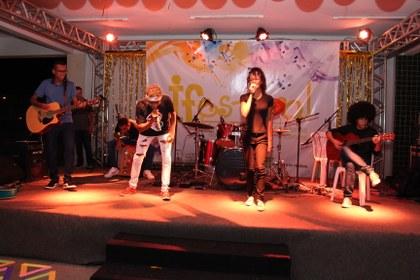 Estudantes cantando no palco do 6ª IFestival