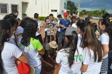 Estudantes conhecem mais sobre plantas do cerrado e realizam ação de replantio de árvores nativas no entorno do campus