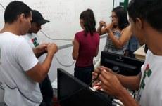 Estudantes montam sistema de rede cabeada em laboratório da unidade