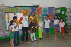 Crianças durante brincadeira de mimica
