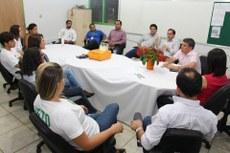Líderes estudantis conversam com gestores